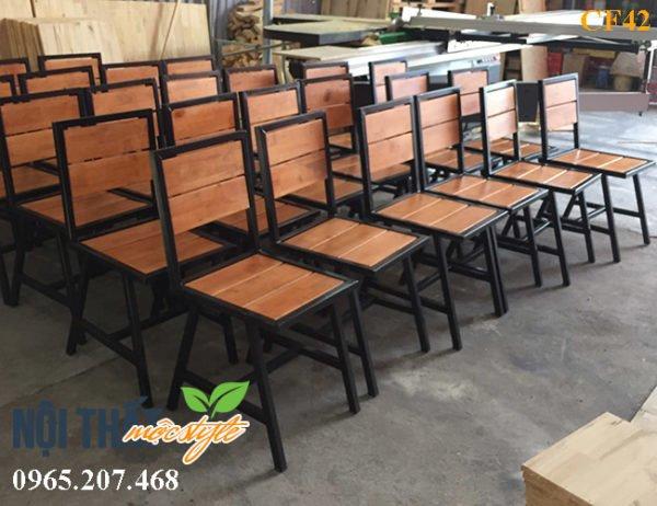 Ghế chân sắt mặt gỗ mã CF42 với thiết kế chữ A